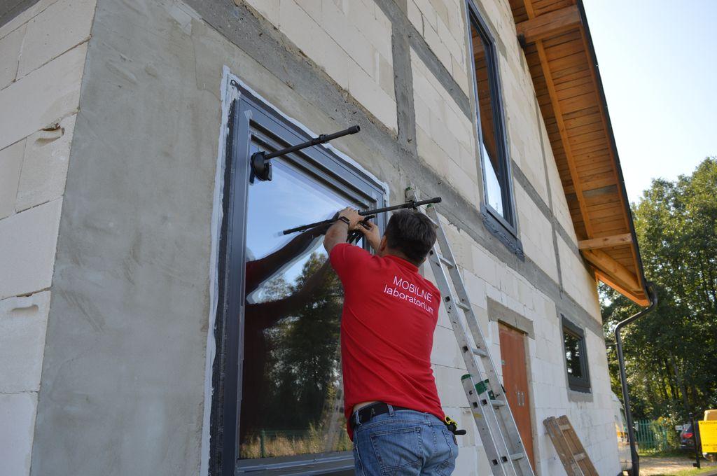 Montaż urządzeń do badania wodoszczelności połączeń okien z ościeżami