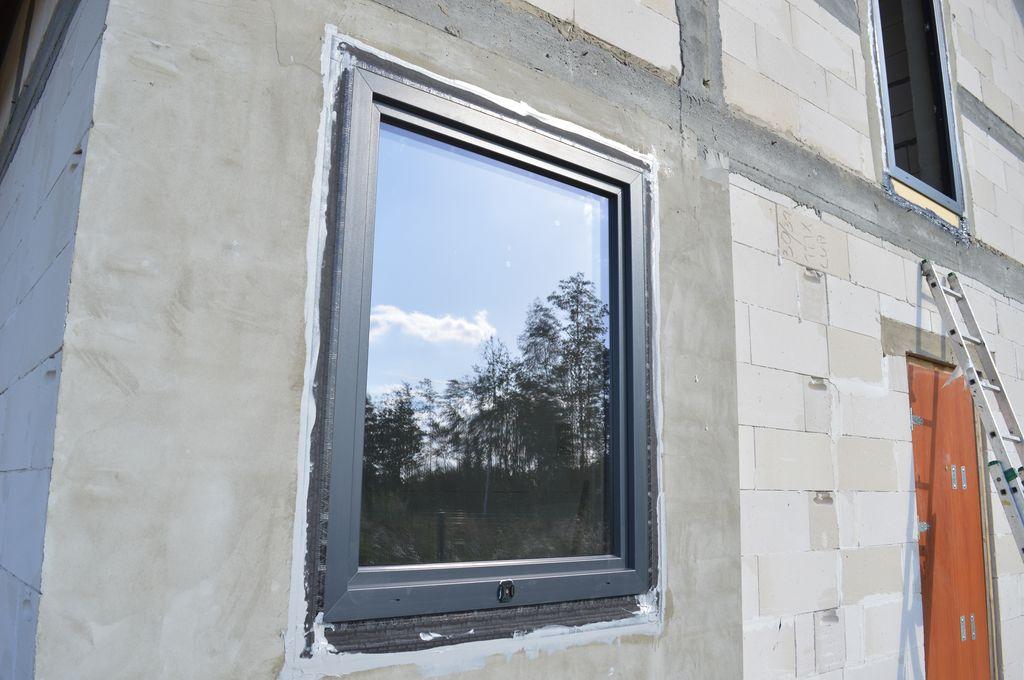 Okno IDEAL 8000 prawidłowo zamontowane w ościeżu ściany konstrukcyjnej z betonu komórkowego