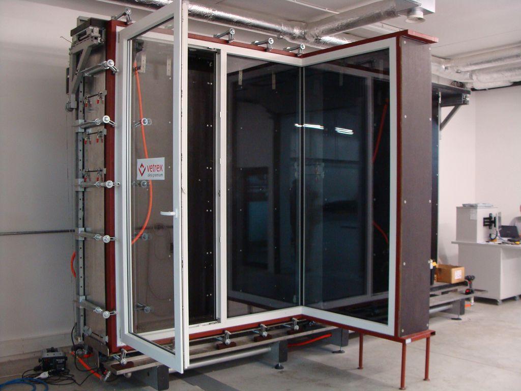 Badawcza komora ciśnieniowa przygotowana do badań konstrukcji narożnych