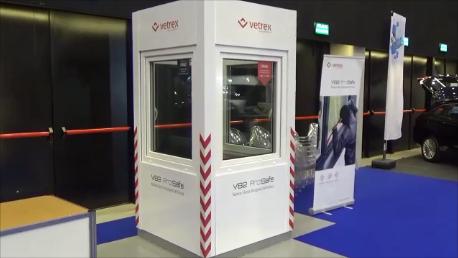 Stanowisko firmy VETREX do prezentacji odporności okien na włamanie z użyciem prostych narzędzi na katowickich targach budownictwa