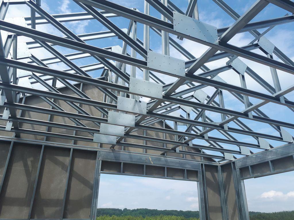 Stalowa konstrukcja szkieletowa dachu jednorodzinnego budynku mieszkalnego