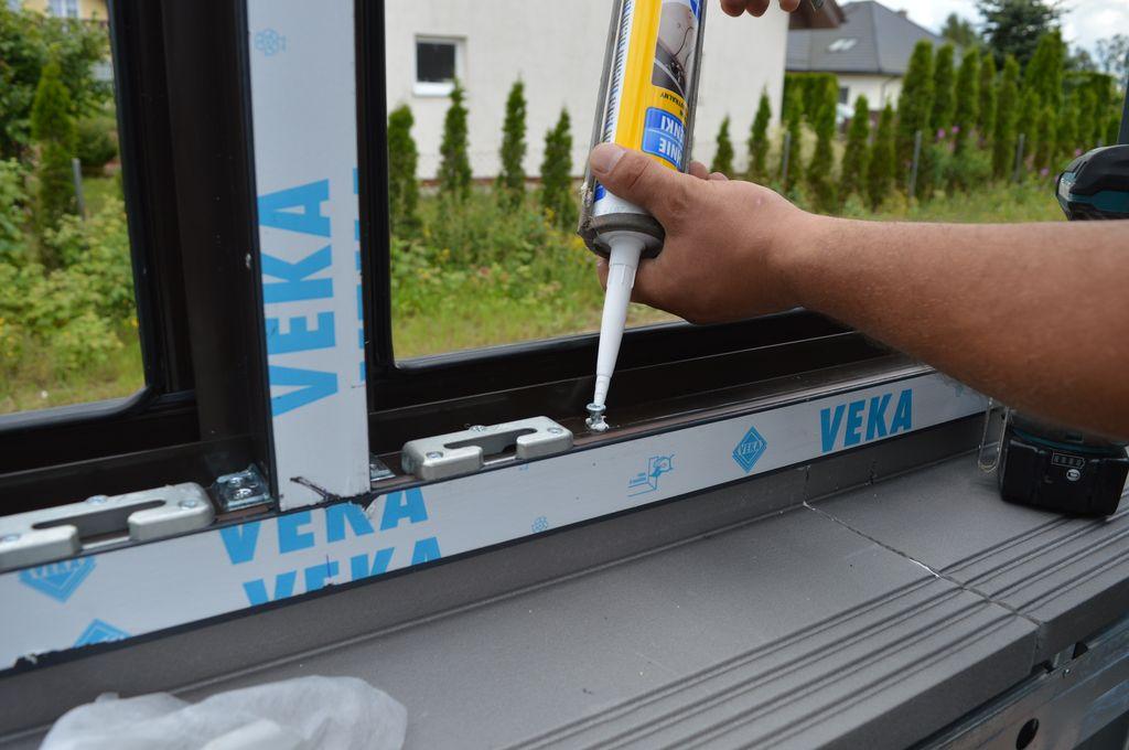 Uszczelnianie punktów mocowania mechanicznego konstrukcji okiennej w budynku o szkieletowej konstrukcji stalowej