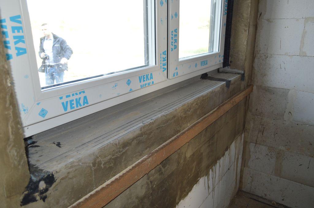 Okno Vetrex V90+ zainstalowane w ościeżu. Wokół okna widoczna opaska z zaprawy wodoszczelnej. Widok od wewnątrz.