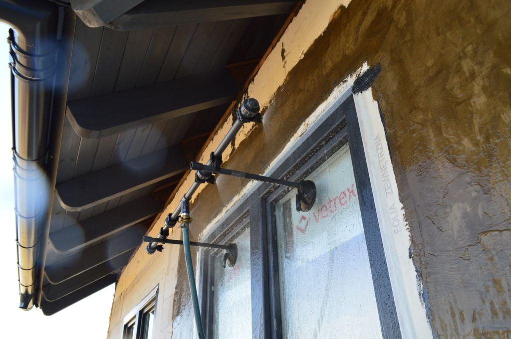 Urządzenie natryskowe. Badanie wodoszczelności połączenia okna z ościeżem.