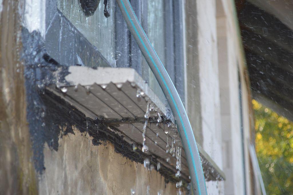 Badanie wodoszczelności połączenia okna z ościeżem. Przepływ wody w progu ościeża.
