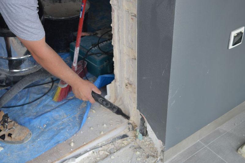 Sprzątanie i usuwanie kurzu z powierzchni ościeża drzwi balkonowych uchylno-przesuwnych (HKS)
