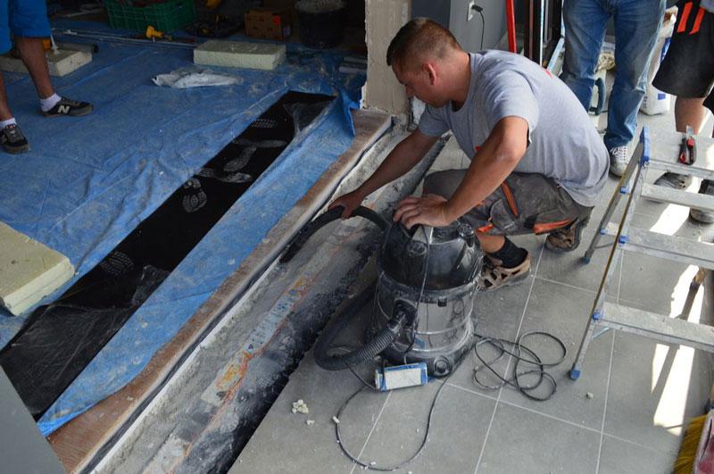 Oczyszczanie i porządkowanie strefy montażu progu drzwi balkonowych uchylno-przesuwnych (HKS)