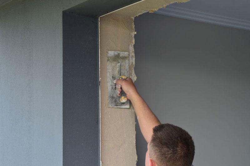 Wyrównywanie ścian ościeża zaprawą tynkarską
