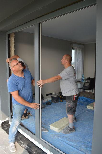 Osadzanie ramy ościeżnicy drzwi balkonowych uchylno-przesuwnych (HKS) w ościeżu przygotowanym do montażu