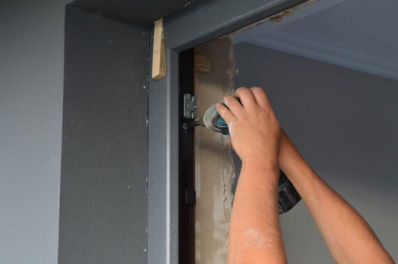 Mocowanie mechaniczne ramy ościeżnicy drzwi balkonowych uchylno-przesuwnych (HKS)