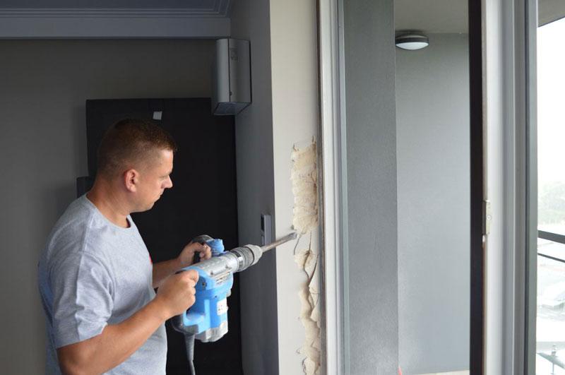 Skuwanie tynków ościeża drzwi balkonowych uchylno-przesuwnych (HKS)