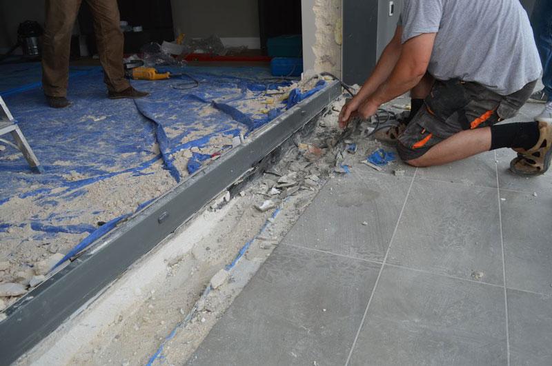 Usuwanie pozostałości progu drzwi balkonowych uchylno-przesuwnych (HKS) w celu odsłony poszerzeń systemowych