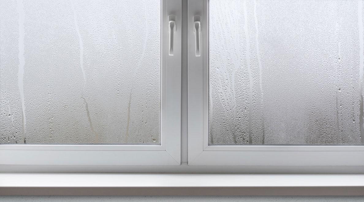 Okno zaparowane od zewnątrz po przejściu ulewy