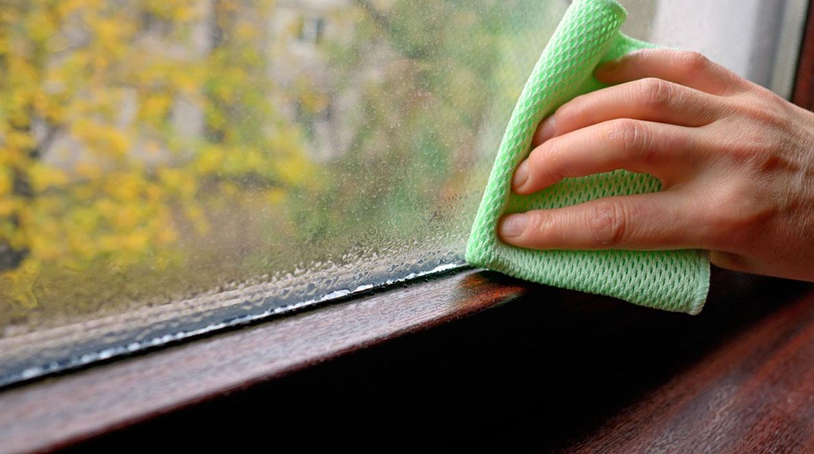 Zaparowane okno od środka. Usuwanie pary wodnej z okna.