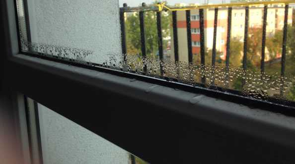 Woda na szybach. Parowanie szyb okiennych. Skraplanie wody na szybach.