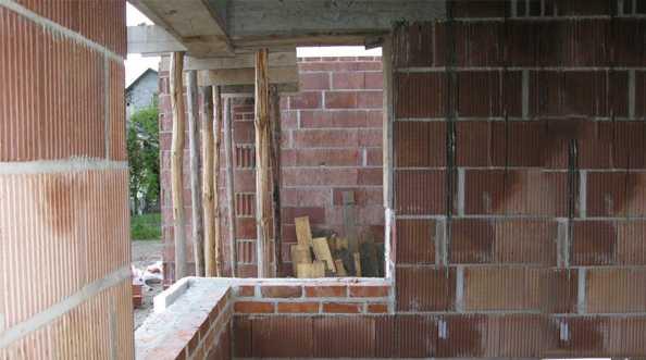 Mocowanie dołu okna w ościeży z pustaka ceramicznego