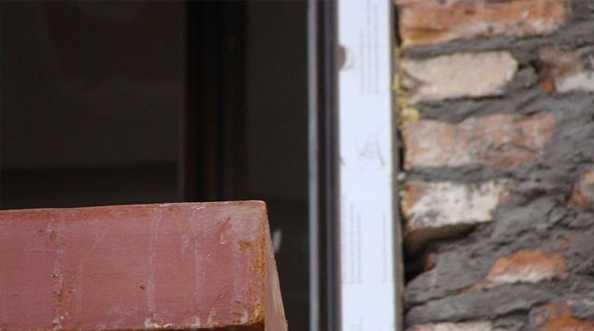 Niepełne uszczelnienie szczelin dylatacyjnych pomiędzy oknem a murem