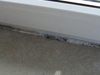 wadliwie zamontowany i uszczelniony próg drzwi balkonowych