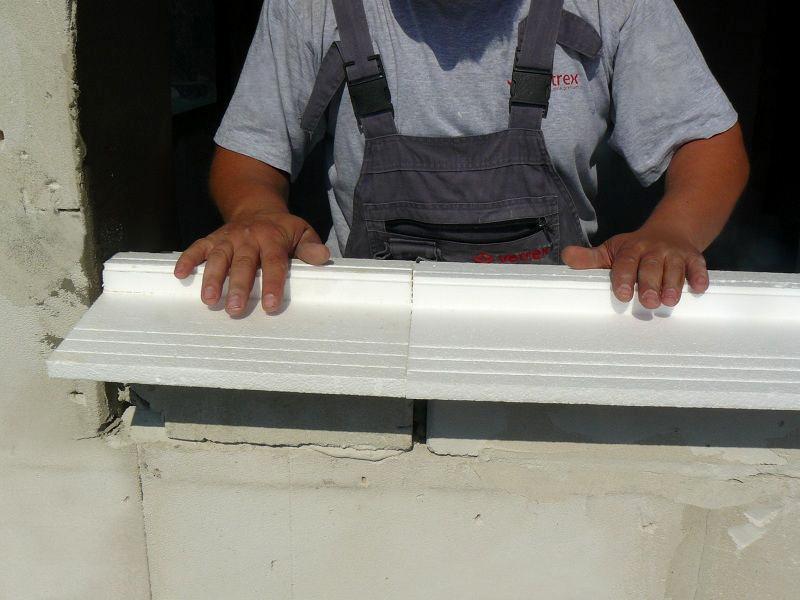 Układanie ciepłego parapetu na warstwie mocującej wraz z połączeniem w całość dwóch niezależnych elementów