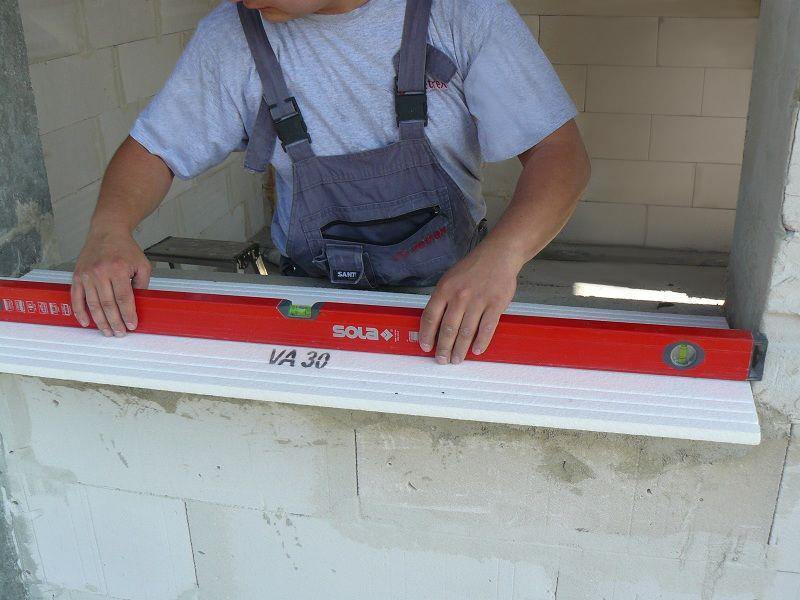 Ostateczne sprawdzenie wypoziomowania ciepłego parapetu po zakończeniu układania na warstwie mocującej