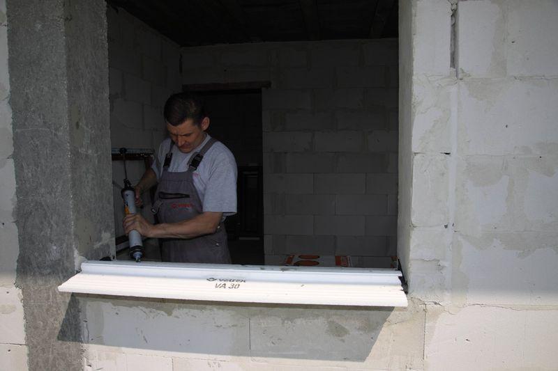 Łączenie i uszczelnianie styku przylegających do siebie elementów ciepłego parapetu przy użyciu wodoodpornego kleju na bazie polimerów SMX.