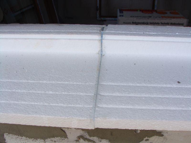 Połączony i uszczelniony klejem na bazie polimerów SMX styk przylegających do siebie elementów ciepłego parapetu