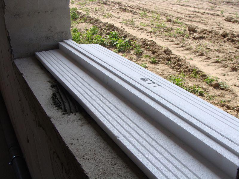 Podkład podparapetowy Vetrex VA 30 ułożony prawidłowo na progowej części ościeży okiennej – widok od wewnątrz.