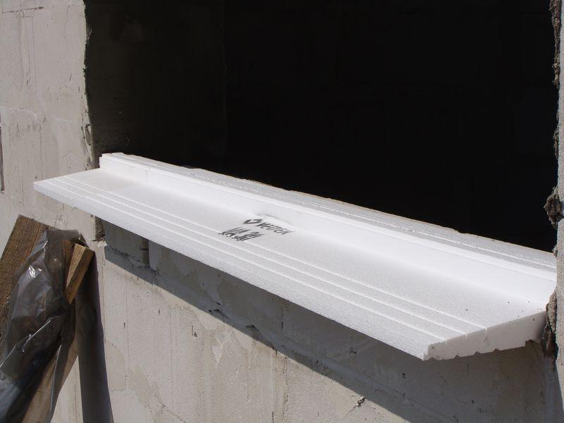 Podkład podparapetowy Vetrex VA 30 ułożony prawidłowo na progowej części ościeży okiennej – widok od zewnątrz.