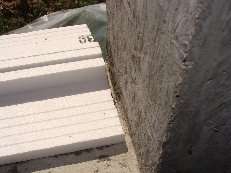 Szczelina dylatacyjna pomiędzy krawędzią ciepłego parapetu, a boczną płaszczyzną ściany ościeży.
