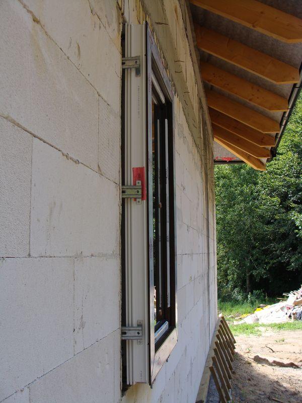 Okno w warstwie ocieplenia mocowane wspornikami bocznymi_JB-D