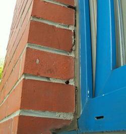 Niedbały montaż okna aluminiowego.