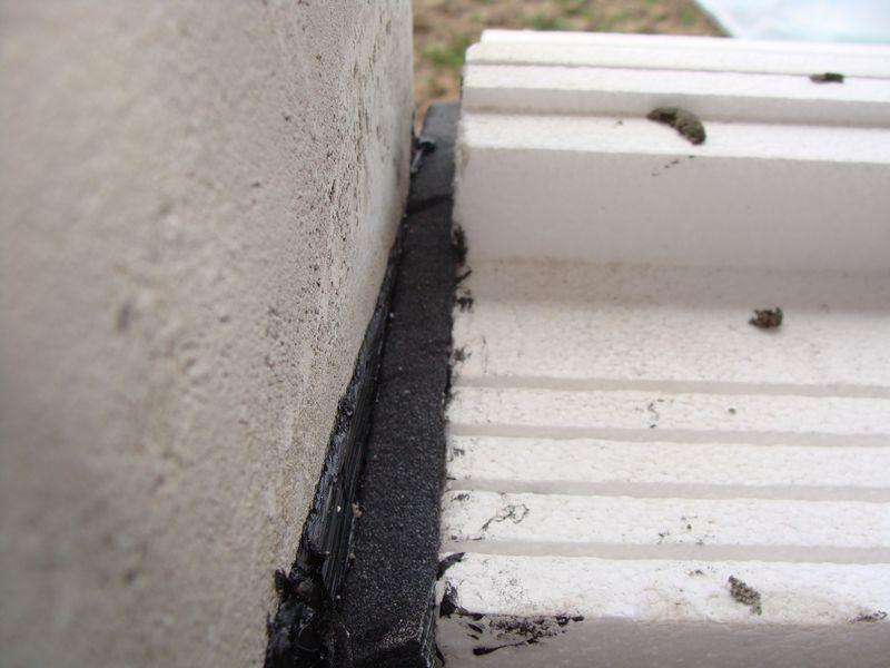 Szczelina dylatacyjna pomiędzy krawędzią ciepłego parapetu, a boczną płaszczyzną ściany ościeży uszczelniona taśmą rozprężną Illmod Eco.