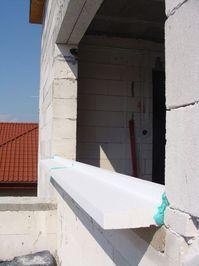 Montaż warstwowy. Tremco illbruck i3. Otwór okienny z zamontowanym ciepłym parapetem. Widok ogólny z boku.