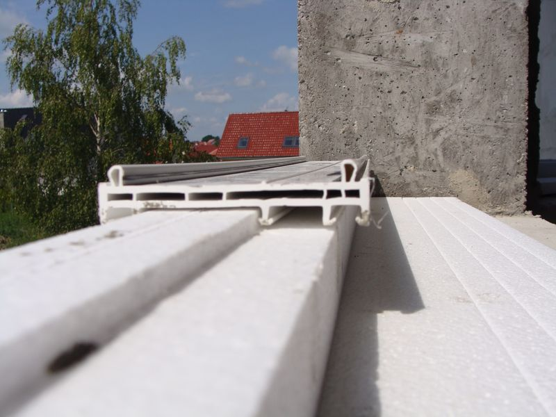 Sposób zachodzenia kształtownika okiennego na element nośny ciepłego parpetu bez dodatkowego uszczelnienia – widok od wewnątrz.