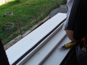 Montaż warstwowy. Tremco illbruck i3. Otwór okienny z zamontowanym ciepłym parapetem. Proces naklejania taśmy rozprężnej ilmod