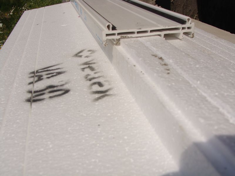 Sposób zachodzenia kształtownika okiennego na element nośny ciepłego parpetu bez dodatkowego uszczelnienia – widok od zewnątrz.