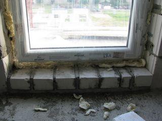 okna niestarannie uszczelnione pianką