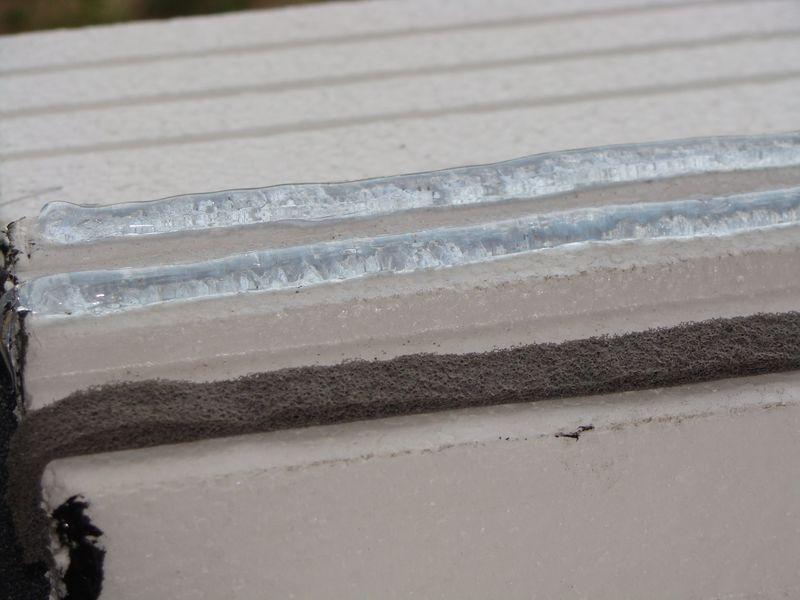 Dodatkowe uszczelnienie taśmą rozprężną w przebiegu przyszłego styku ramy ościeżnicy okna z elementem nośnym ciepłego parapetu.