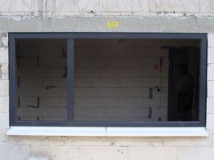 Montaż warstwowy. Otwór okienny z zamontowaną ramą okna i ciepłym parapetem całkowicie uszczelniony taśmą rozprężną Ilmod Trio