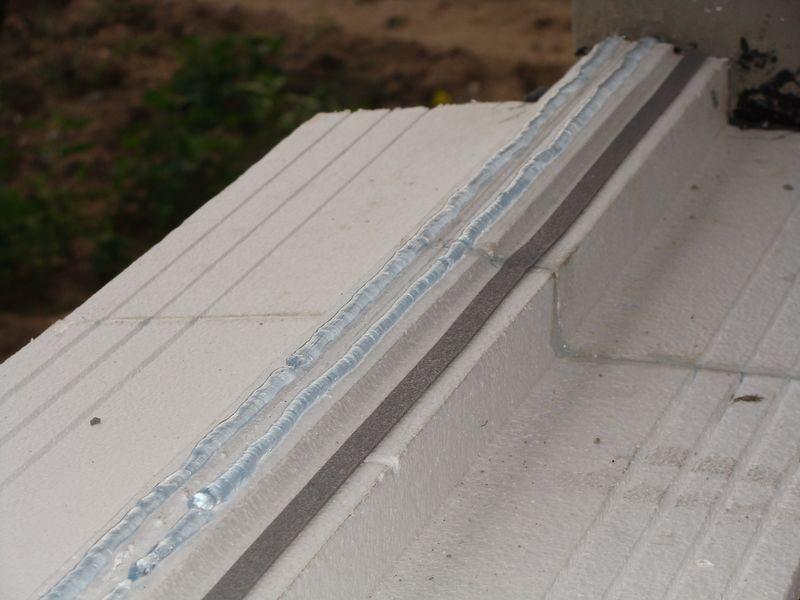 Część nośna ciepłego parapetu Vetrex VA 30 z naniesionymi trzema warstwami uszczelniającymi.