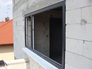 Montaż warstwowy. Tremco illbruck i3. Otwór okienny z zamontowaną ramą okna i styropianowym blokiem podparapetowym ciepłym parapetem.