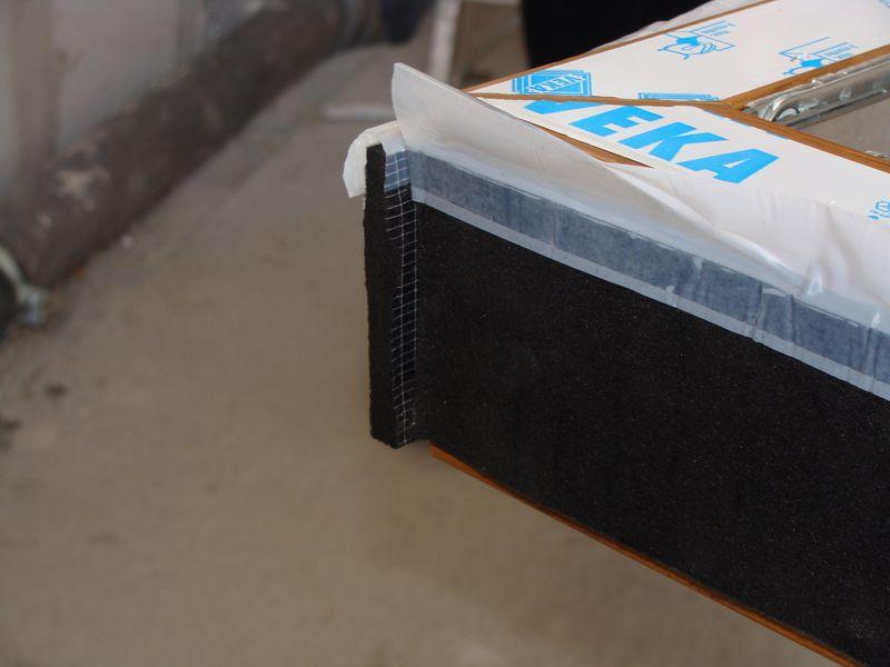 Jeden ze sposobów połączenia taśmy rozprężnej ISO-bloco One stanowiącej element uszczelniający w obrębie nadproża i stojaków ościeżnicy okna.