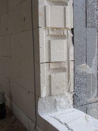 Montaż warstwowy. Tremco illbruck i3. Niewykończona oścież okienna z bloczków Ytong.