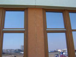 Niewłaściwe połączenie szczeliny dylatacyjnej w fasadzie budynku