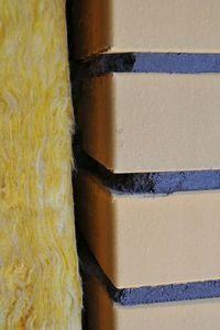 Wełna dociepleniowa i ściana z klinkieru.