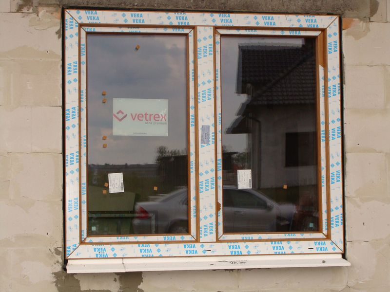 Okno V90+ po ostatecznym zakończeniu montażu z wykorzystaniem ciepłego parapetu i taśm rozprężnych.
