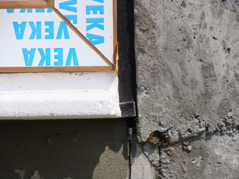 Szczelny styk taśm rozprężnych w obrębie dolnego naroża okna prawidłowo osadzonego na krawędzi nośnej ciepłego parapetu
