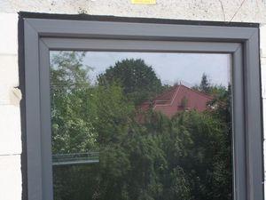 Montaż warstwowy. Tremco illbruck i3. Fragmenty ościeży okiennej górny i boczne z zamontowanym oknem jednodzielnym systemu aluplast ideal 7000.