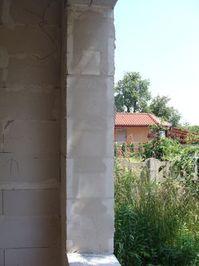 Montaż warstwowy. Tremco illbruck i3. Wykończony i wyrównany fragment ościeży okiennej z bloczków Ytong.