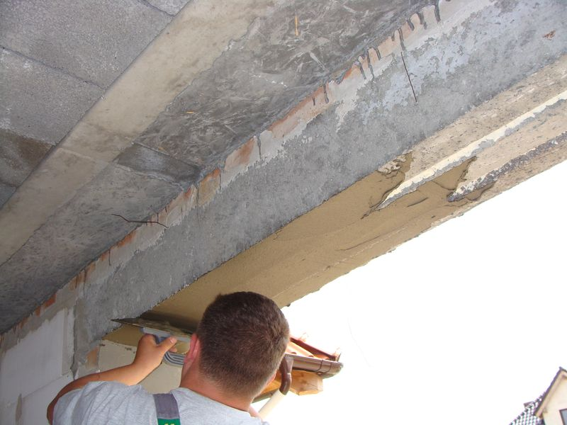 Przygotowanie ościeży okna do montażu. Wyrównanie powierzchni nadproża przy użyciu zaprawy termoizolacyjnej.